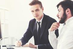 2 бизнесмена обсуждая вещество в офисе Стоковые Фотографии RF