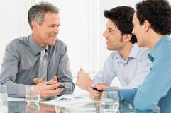 3 бизнесмена обсуждая в встрече Стоковые Фото