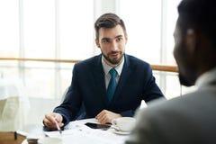 2 бизнесмена обсуждая дело в кафе Стоковые Фото