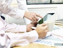 2 бизнесмена обсуждая дело в офисе Стоковое фото RF