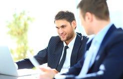 2 бизнесмена обсуждая задачи Стоковые Изображения