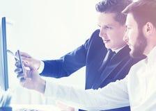 2 бизнесмена обсуждая настоящий проект Стоковая Фотография RF