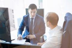 2 бизнесмена обсуждая проблему bisiness на встрече в торгуя офисе Стоковая Фотография RF