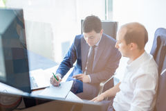 2 бизнесмена обсуждая проблему bisiness на встрече в торгуя офисе Стоковое Фото