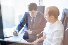 2 бизнесмена обсуждая проблему bisiness на встрече в торгуя офисе Стоковые Фото