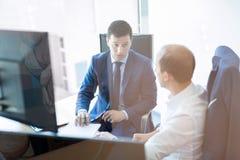 2 бизнесмена обсуждая проблему bisiness на встрече в торгуя офисе Стоковое Изображение RF