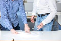 2 бизнесмена обсуждая проект в офисе Стоковое Фото