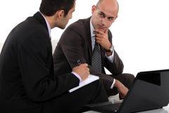 2 бизнесмена обсуждая проект Стоковая Фотография RF