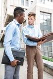 2 бизнесмена обсуждая проект Стоковые Фотографии RF