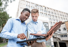 2 бизнесмена обсуждая проект Стоковое фото RF