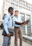 2 бизнесмена обсуждая проект Стоковое Изображение RF