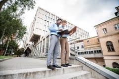 2 бизнесмена обсуждая проект Стоковые Изображения