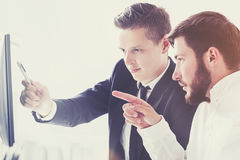2 бизнесмена обсуждая проект Стоковые Фото
