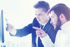 2 бизнесмена обсуждая проект Стоковая Фотография