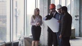 4 бизнесмена обсуждая план здания акции видеоматериалы