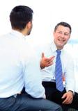 2 бизнесмена обсуждая сидеть задач Стоковое Изображение RF