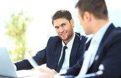 2 бизнесмена обсуждая сидеть задач Стоковая Фотография