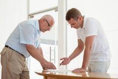 2 бизнесмена обсуждая совместный проект Стоковая Фотография RF