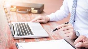 2 бизнесмена обсуждая строгающ задачи с портативным компьютером si Стоковые Фото