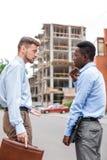 2 бизнесмена обсуждая строительный проект Стоковое Изображение