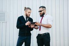 2 бизнесмена обсуждая что-то Стоковая Фотография