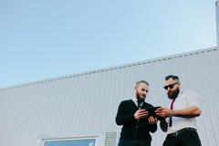 2 бизнесмена обсуждая что-то Стоковое Изображение