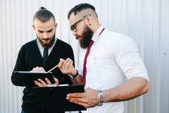2 бизнесмена обсуждая что-то Стоковая Фотография RF
