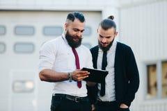 2 бизнесмена обсуждая что-то Стоковое Фото