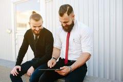 2 бизнесмена обсуждая что-то Стоковые Изображения RF