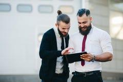 2 бизнесмена обсуждая что-то Стоковое Изображение RF