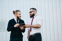 2 бизнесмена обсуждая что-то Стоковые Изображения