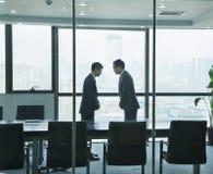 2 бизнесмена обхватывая друг к другу Стоковая Фотография RF