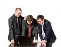 3 бизнесмена около компьтер-книжки на беседе дела Стоковые Фотографии RF