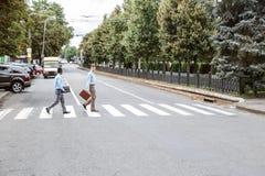 2 бизнесмена пересекая дорогу Стоковые Изображения
