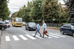 2 бизнесмена пересекая дорогу Стоковые Изображения RF