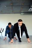 2 бизнесмена получая готовый для корпоративной гонки Стоковое фото RF