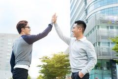 2 бизнесмена празднуют победу, достигаемость цели, максимум 5 Стоковое фото RF