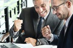 2 бизнесмена празднуя концепцию кулака Стоковая Фотография