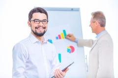 2 бизнесмена представляя материалы диаграммы Стоковая Фотография