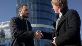2 бизнесмена приветствуя один другого рукопожатием снаружи Стоковое Изображение RF