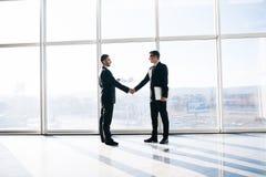 2 бизнесмена приветствуя с рукопожатием в офисе Стоковое Фото