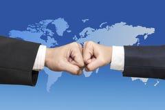2 бизнесмена пробивают один другого рук изолированного на белом backgro Стоковые Фото