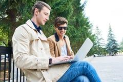 2 бизнесмена работая в парке Стоковые Изображения