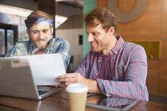 2 бизнесмена работая на компьтер-книжке в кофейне Стоковая Фотография RF