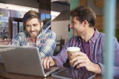 2 бизнесмена работая на компьтер-книжке в кофейне Стоковое Фото