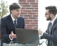 2 бизнесмена работая на компьтер-книжке в офисе Стоковое фото RF