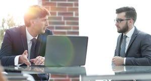 2 бизнесмена работая на компьтер-книжке в офисе Стоковые Фотографии RF