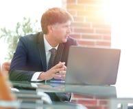 2 бизнесмена работая на компьтер-книжке в офисе Стоковое Изображение RF