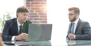 2 бизнесмена работая на компьтер-книжке в офисе Стоковое Изображение