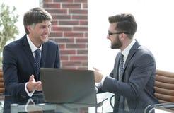 2 бизнесмена работая на компьтер-книжке в офисе Стоковая Фотография